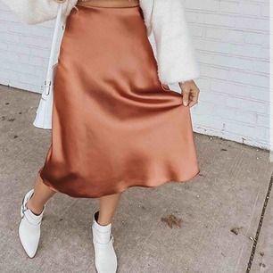 Säljer min sjukt snygga satin kjol. Använd men i väldigt bra skick. Första bilden är inte samma färg, ville bara visa hur kjolen sitter på kroppen💛 kan mötas upp i Lund, annars tillkommer frakt