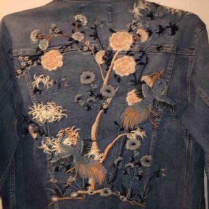 Crocker jeansjacka med vackert broderi detaljer på fram och baksida! nypris 1700kr sparsamt använd och därav mycket gott skick! passar S/M perfekt! respektive XS smått oversized!