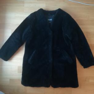 En svart jacka i pälsimitation från Pull&Bear strl M. 🌞