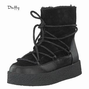 Oanvända Duffy vinterskor. Köpte denna säsong   Nypris 749kr   Beskrivning  Boots från Duffy Ovandel i äkta mocka Varmfodrad insida Snörning framtill och runtom skaft Dragkedja insida skaft Platåhöjd 4 cm Skafthöjd 15 cm