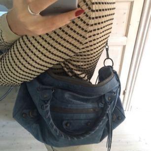 Balenciaga väska. Nästan som ny, aldrig använd, köpt på vestiaire collective! Äkthetsbevis finns! Önskas fler bilder är det bara att säga till :))