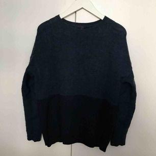 Marinblå stickad tröja från COS i merinoull & mohair mix. Storlek: M  Säljes i bra använt skick. Se bilder för mer detaljer, zooma gärna & swipa för fler bilder.