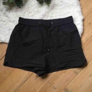 Helt nya shorts från Monki i storlek XS. Frakt ingår i priset.