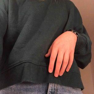 En grön sweatshirt, den blir tyvärr liten nopprig när man tvättar den (därefter den är det på bild). Men det går lätt bort med tex en roller. Tröjan är stor i storleken, jag är en Small men har Medium i denna!