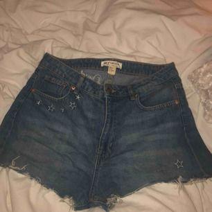 Shorts från H&M x Coachella Kolektion från 2017 säljs då dem inte kommer till användning