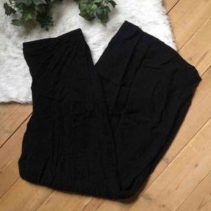 Supersköna vida byxor i svalt böljande material, köpta här på plick men var för små för mig tyvärr. Frakt ingår i priset.