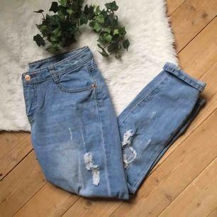 Jeans som passar storlek S/M. Supersnygga men har aldrig kommit till användning. Aldrig använda. Frakt ingår i priset.