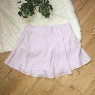 Superfina shorts som ser ut som en kjol. Storlek S. Aldrig använda. Frakt ingår i priset.