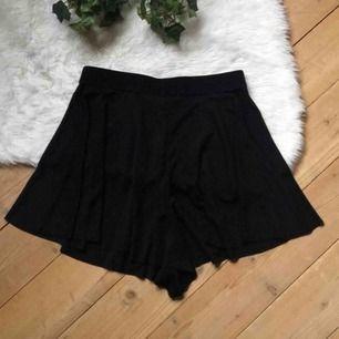 Silkiga böljande shorts som nästan ser ut som en kjol på. Storlek xs. Aldrig använda. Frakt ingår i priset.