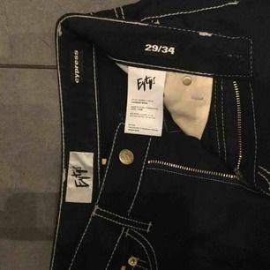 Cypress jeans från Eytys! Storlek 29/34 men jag bär oftast strl. 25/26, så dessa är större i storleken! Endast använd ett fåtal gånger.   Ordinariepris: 1900kr Nypris: 700kr