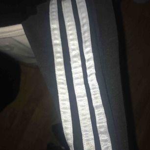 Adidas byxor fast med vita ränder (har ingen bild med dem) storlek S men funkar XS/M beroende på hur man vill att dem sitter. 60kr inklusive frakt. (Lite slitna därför det billiga priset). Står även adidas stort där bak. För mer bilder skriv privat.