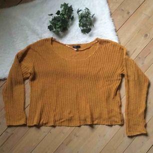 Superfin senapsgul stickad tröja. Storlek L men funkar utmärkt som oversized för någon som är S/M. Frakt ingår i priset.