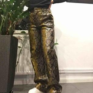 Ett par coola byxor i glansigt material från Zara! Använda 1 gång, mycket fint skick!