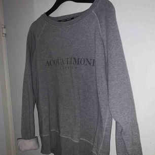 Säljer min gråa acqua limone tröja, nypris 1000kr. Köparen står för frakten. Kolla in mina andra kläder!
