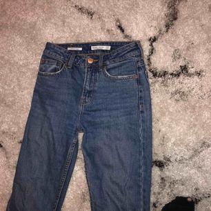 Säljer mina fina bershka jeans! Sparsamt använda och har tyvärr blivit för små för mig :(. Straight cropped modellen. Köparen står för frakt 📦