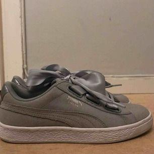 jag säljer mina puma skor pga att dom är för stora och att jag inte använder dom, dom är använda ett fåtal gånger men ser ändå ut som nya!