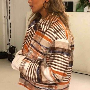 Jättefin och trendig jacka från Monki! Köpt förra hösten men väldigt sparsamt använd. Perfekt nu på mildare vinter och vår ☺️ Eftersom modellen är oversized passar den förmodligen xs-m 💓 (frakt + pris)