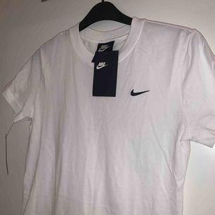 Säljer en helt ny Nike t-shirt. Aldrig använt den pågrund om att den är för liten. Köparen står för frakten. Pris kan diskuteras. Kolla in mina andra saker!