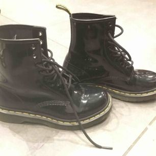 Helt oanvända skor från Dr. Martens. Glansiga i mycket fint skick!