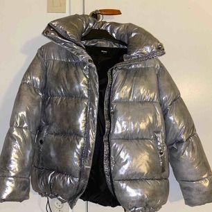 En silver jacka ifrån Bik Bok, köpt här på plick men var tyvärr för stor för mig:/  200kr+frakt
