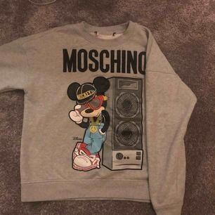 Säljer en skit cool grå collage tröja med tryck ifrån hm x Moschino!💫💯 Storlek: M Tryck på med plastigt material.