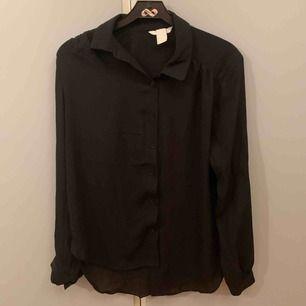 Jättefin svart blus som säljs för den tyvärr ej kommer till användning. ☺️