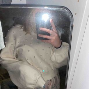 Stickad fin tröja med pärlor på från Zara. (Bara pärlor på framsidan) Mycket fint skick!! Köpet för ca 350kr😇😇 110+frakt