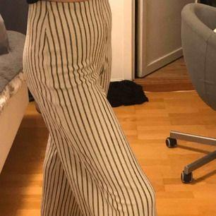 Superfina beige, svart randiga byxor ifrån Ginatricot💗🤛🏻🌟  Nypris 299kr använda Max 5 gånger!  Kontakta mig för frågor, bilder eller liknande