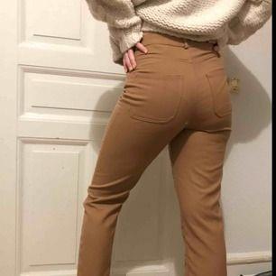 Fina beige/bruna byxor från Monki! Endast använda en gång! Köpte för 300kr. Säljer då de är inte kommit till bruk ☺️ Är strl M men jag har S och de sitter bra på mig. Inte jättelånga så passar nog bäst på folk som är under 170!