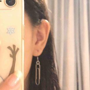 30kr st! Hemmagjorda öronhängen! Har många av dessa på lager. du får designa ditt egna öronhänge. du får välja hur många du ska ha och vilken färg du vill ha. alla färger ser du på bild 3. kontakta mig ifall du vill se hur din design du vill ha ser ut!💞