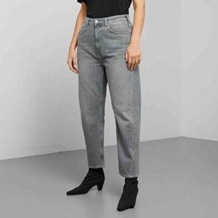 """(Första bilden från hemsidan, de andra är mina) Gråa mom jeans från weekday, modell """"Meg"""" Har bara använt de ett fåtal gånger och dem är i så gott som i nyskick. Säljer pga dem är för korta för mig.  Nypris 600"""