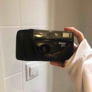 En grym analogkamera jag själv använt flitigt. Säljes då jag har alldeles för många, fungerar utmärkt. En kameraväska medföljer även! Enda du behöver är en filmrulle och batterier, vanliga AA 🤍 frakt 63:-