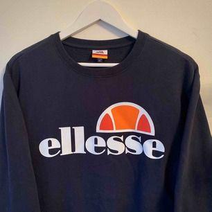 Helt ny Ellesse Sweatshirt i Mörkblå. Aldrig använd med lapparna kvar. Storlek L Unisex. Köpt för 800 kr på Weekday! Går att hämta på söder annars kostar frakt 50 kr