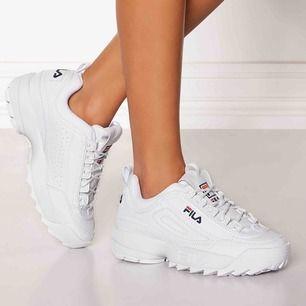 100% oanvänd vit sneakers från FILA (kommer med paket) ✨   Modell Disruptor Low White   Ord.pris 1099 kr     PM för mer bilder!    Köparen står för frakt!