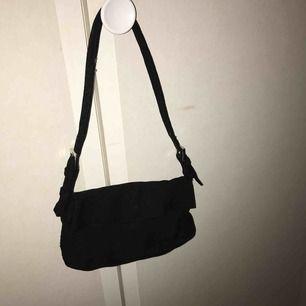 Säljer denna superfina svarta mini handväska, aldrig använd! Frakt inräknat i priset💕 Köpt här på plick, inget fel på den utan den kommer bara inte till användning :)