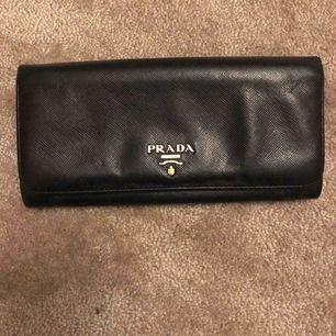 En väldigt fin PRADA plånbok som tyvärr inte kommer tillanvändning. Den är 100% äkta men ganska använd( syns inte ) därav priset! Ny pris 5600kr