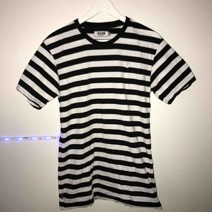 Vit/Svart Le Fix t-shirt till salu! Mycket bra skick, frakten ingår i priset