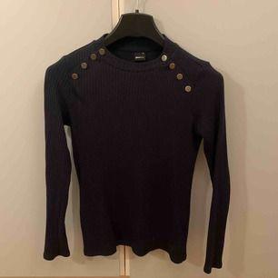 Fin mörkblå stickad tröja, använd fåtal gånger.
