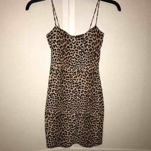 Superfin tight leopardmönstrad klänning från ginatricot🔥 Gratis frakt. Går precis över knäna på mig som är 1,60! Aldrig använd, inga defekter. Säljs då den inte kommer till användning!