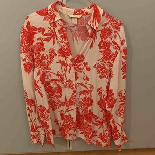 Jättehärlig skjorta från hm! Använd 1 gång, säljs för den inte kommer till användning. ☺️