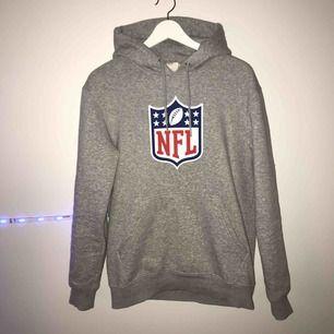 Grå Hm hoodie till salu! Använd 2 gånger och är i mycket bra skick. Köptes i affär för 299kr, frakten ingår i priset