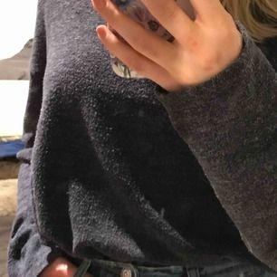 Mjuk tröja från hm divided i gott skick. Passar XS-M beroende på hur du vill att den ska sitta.