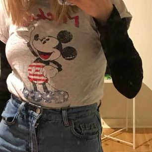 En super gullig micke mus tröja med vintage tryck.