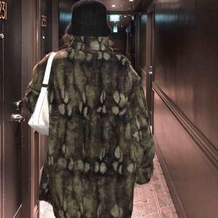 Cool och unik kappa i fejkpäls köpt på en vintage-affär i London! Sitter oversized på ett snyggt sätt. Använd max 2 gånger och i bra skick. Två knappar är lösa men inget som stör. Pris kan diskuteras. Möts upp i Gbg/köparen står för frakt.🥰