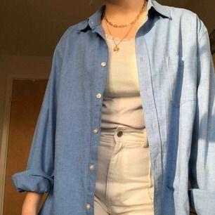 Cool oversized skjorta som passar till mycket. Herrstorlek XL, men passar alla storlekar baserat på vilken passform man är ute efter. Snygg instoppad eller knuten, eller över andra tröjor. 100 kr + frakt :)
