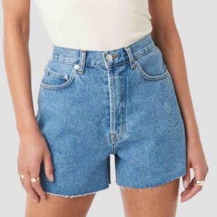 """SÖKER liknande jeansshorts! Som ni ser så får de gärna ha """"loose fit"""" och ha lite längre modell. sitta ganska så löst, men tajt i midjan. Mitt midjemått är 68-70cm. Hör jättegärna av dig om du har liknande shorts för bra pris!"""