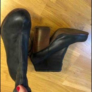 Jeffrey campbell boots i läder med 10 cm klack,bred klack som gör det lätt att gå i dom. Dragkedja bak. Storlek 38. Avhämtning centrala Sthlm pris kan diskuteras vid snabb affär.