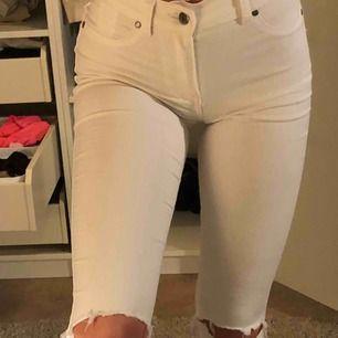 Bekväma vita jeans med slitningar vid knäna, ny skick, pris kan diskuteras, frak tillkommer!