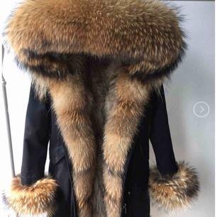 Säljer nu denna dolly parkas jackan som jag beställde för inte så längesen och fick hem i måndags , säljer den för att det inte riktigt är min stil, den är helt oanvänd med ettiket på😊 Storlek S-XS  Nypris:3499  Mer bilder på jackan kan skickas