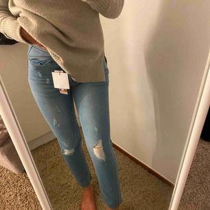 Högmidjade mom jeans strl 36 (S/XS) från BOOHOO, aldrig använda endast testade (lapp kvar). Kan mötas upp i Karlstad eller frakta, köparen står för frakt.